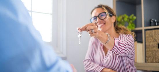 Gérant de SCPI donne les clés à un locataire
